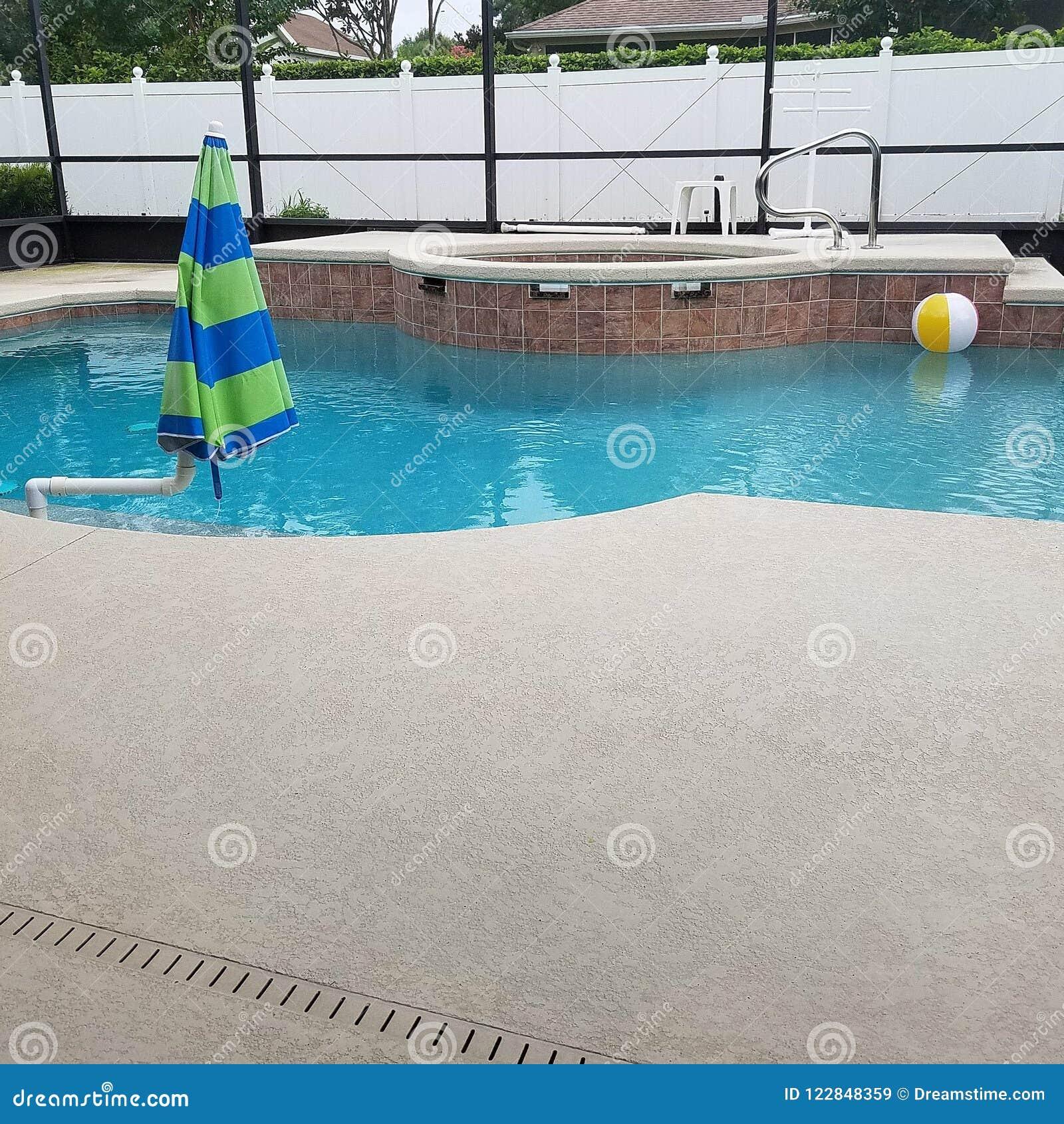 Zwembad in het schermbijlage met pooldek en kuuroordjacuzzi