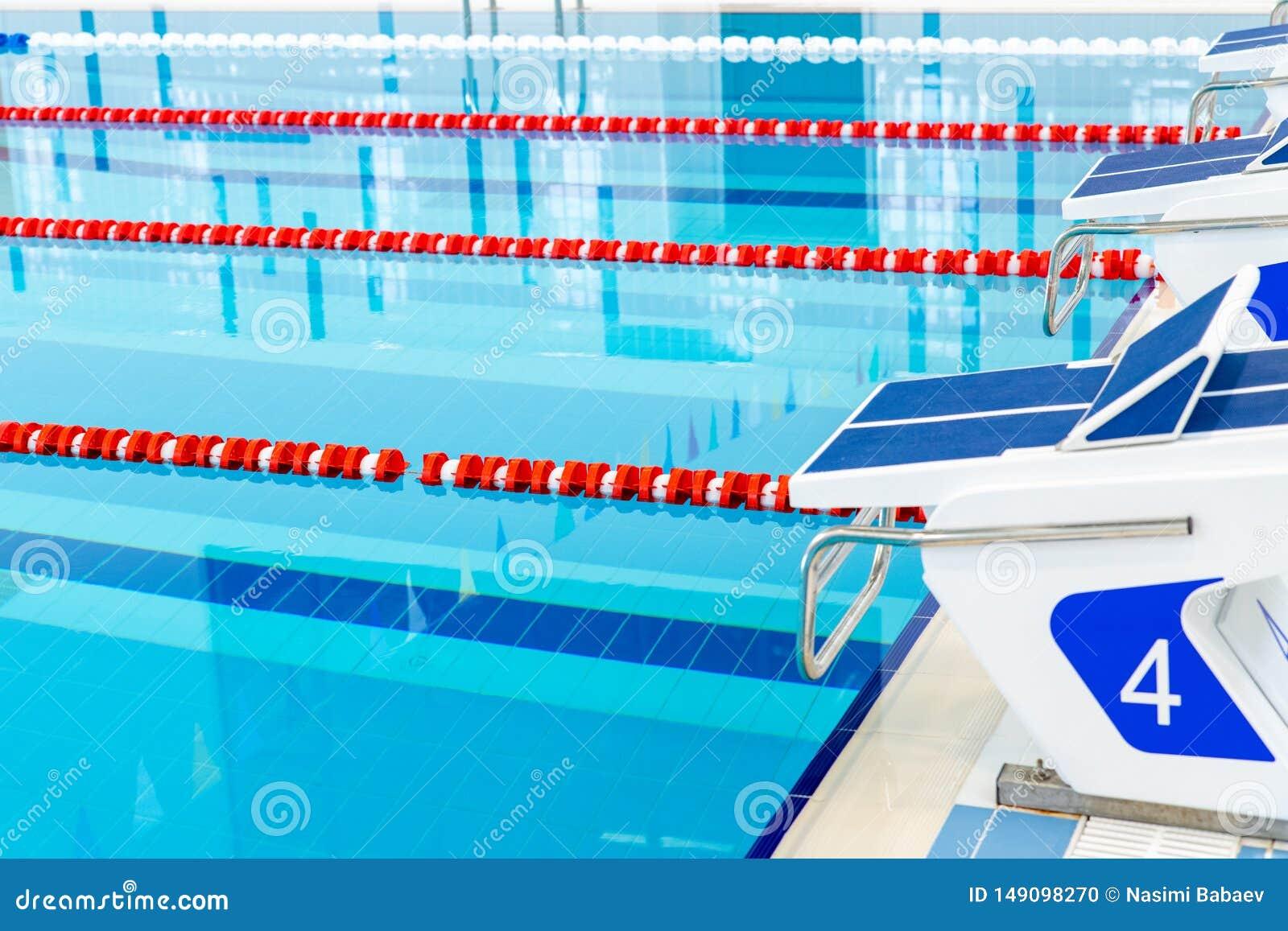 Zwembad met duidelijke rode en witte stegen Leeg zwembad zonder mensen met stil bevindend water