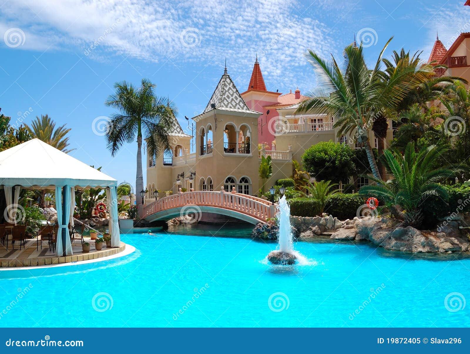 Zwembad Op Balkon : Zwembad met fontein bij luxehotel stock afbeelding afbeelding