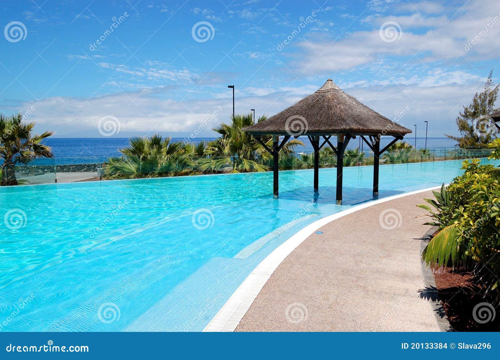 Zwembad met het type van bali hut en strand stock afbeeldingen afbeelding 20133384 - Zwembad met strand ...