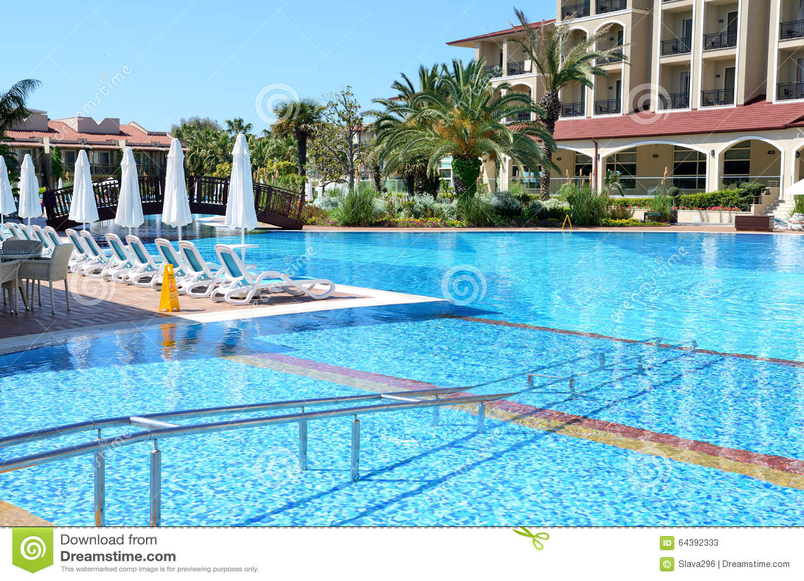 Zwembad met ingang voor gehandicapten bij luxehotel stock afbeelding afbeelding 64392333 - Zwembad met strand ...