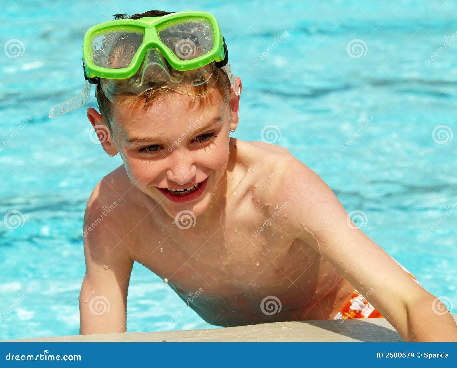 Zwemmende jongen