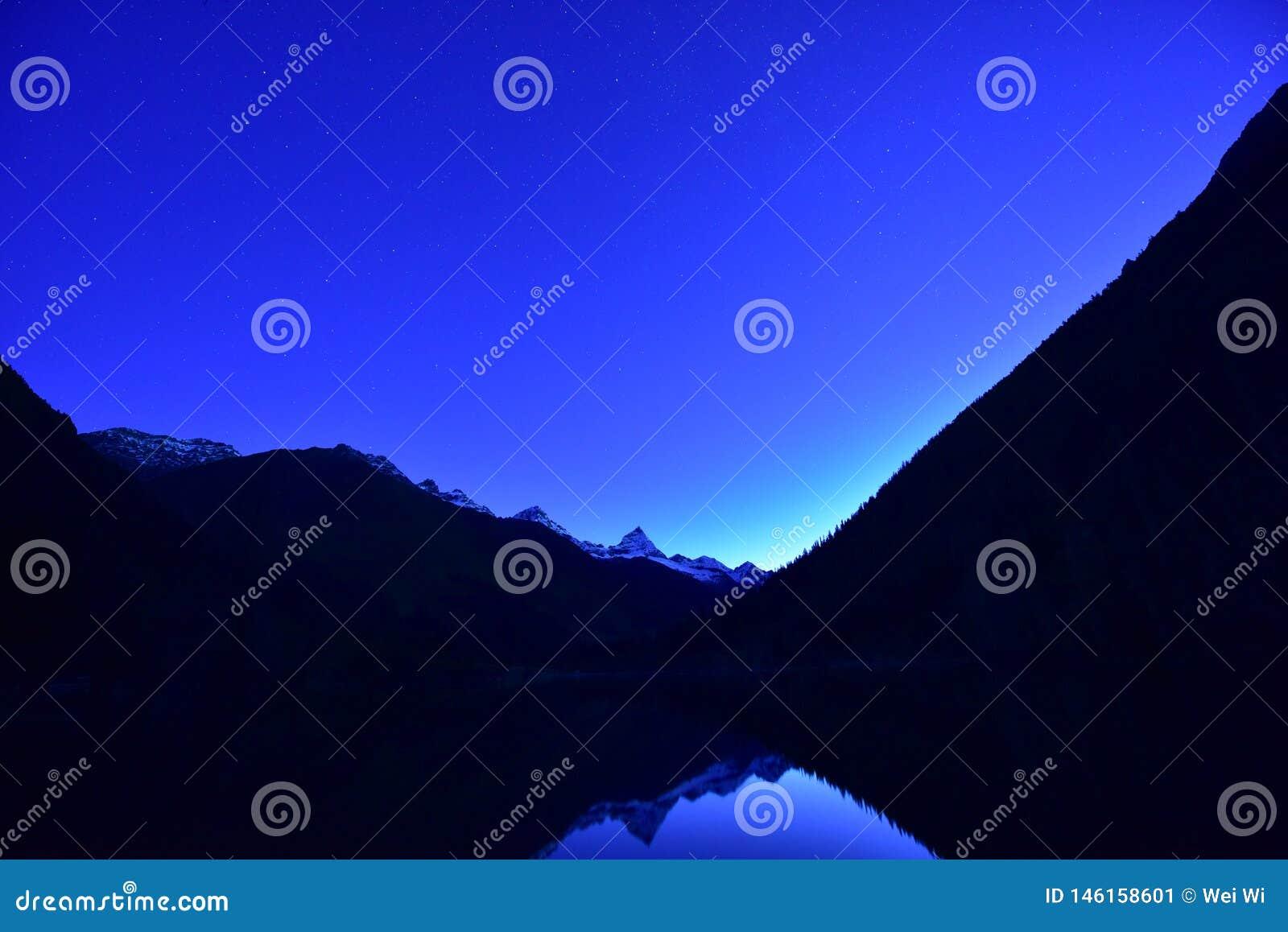 Zwerver die door bergen wordt omringd