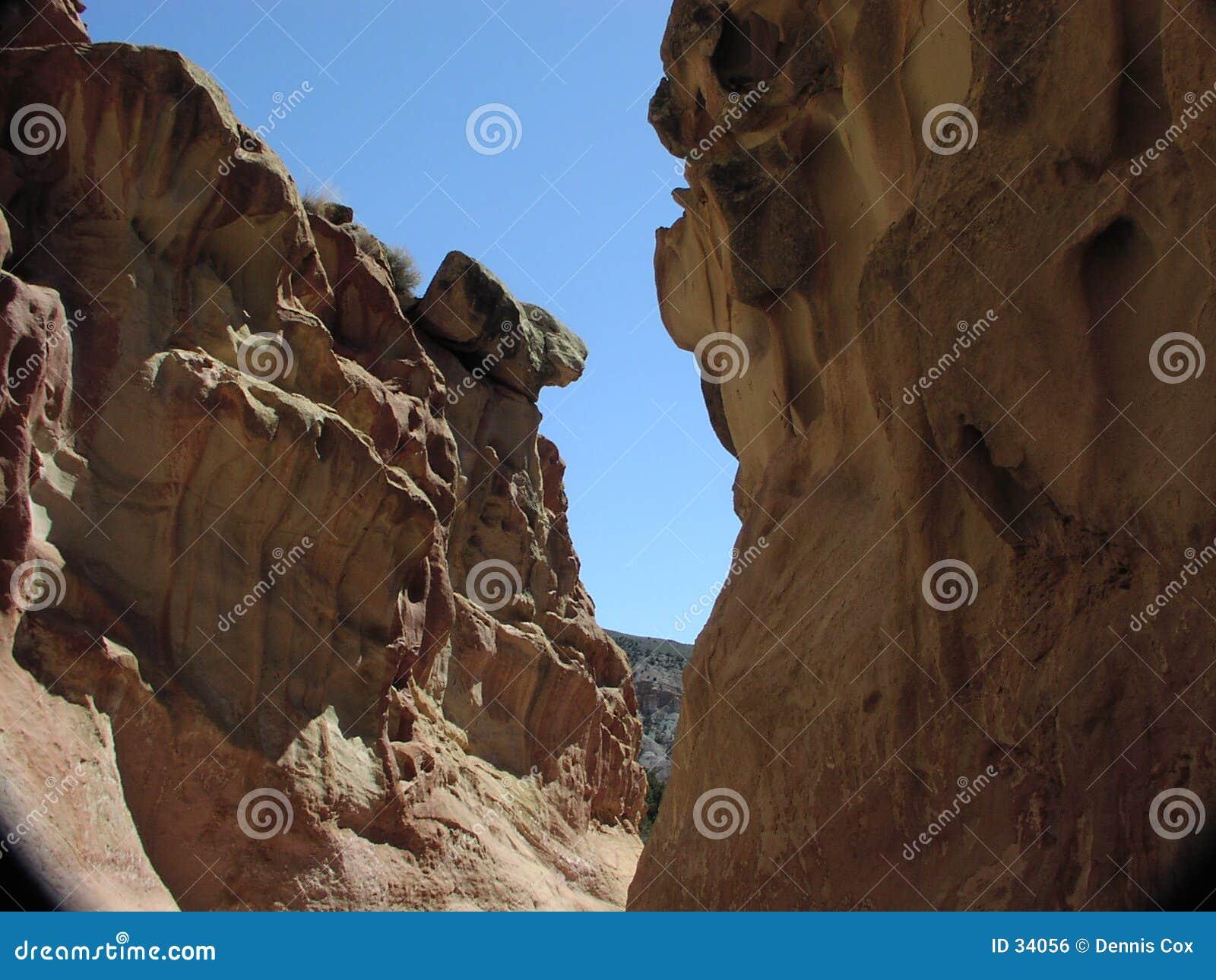 Download Zwischen Einem Felsen Und Einem Anderen Felsen Stockfoto - Bild von nave, felsen: 34056