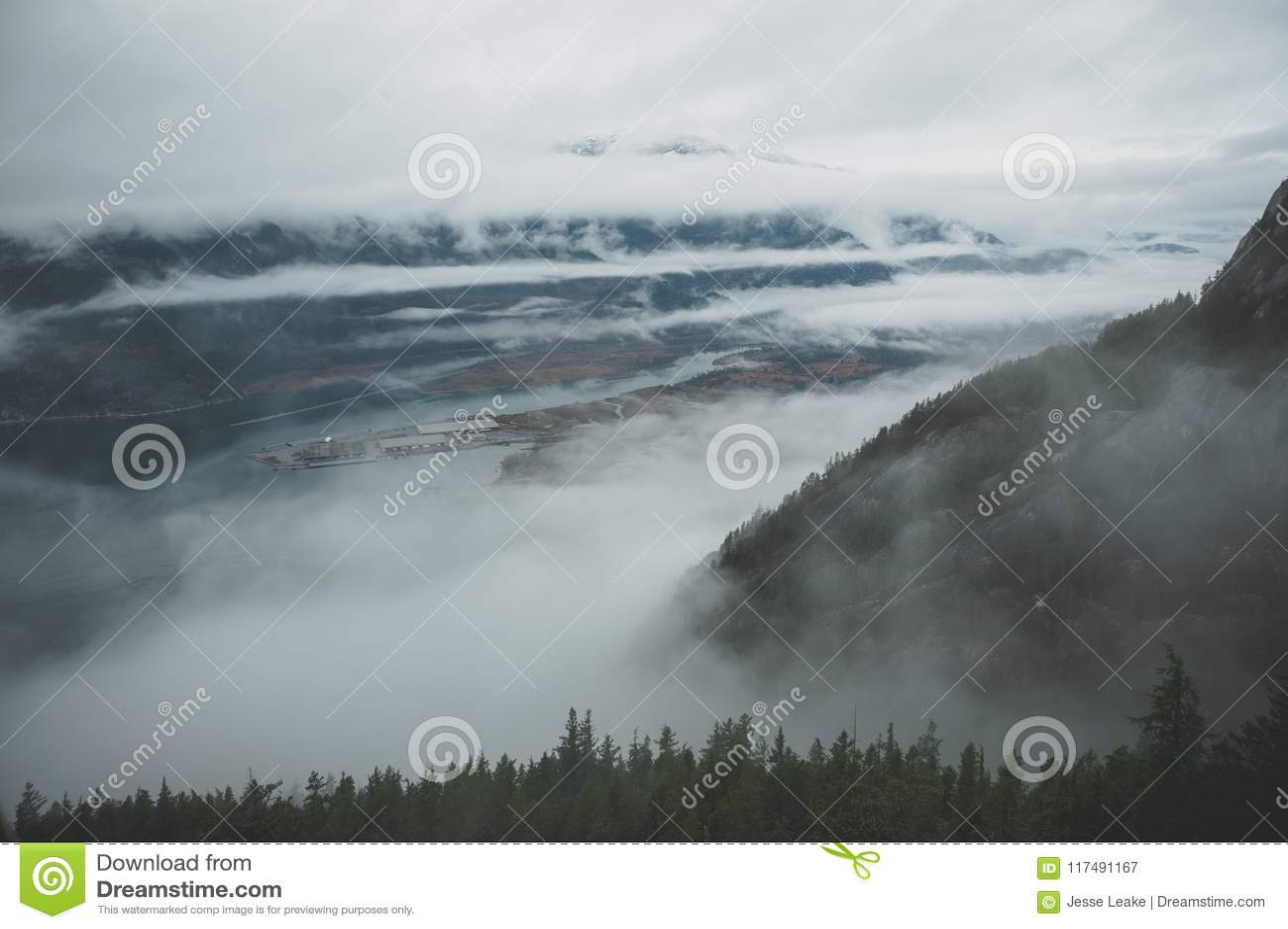Zwischen Schichten Wolken, erscheint Howe Sound vom Hoch oben