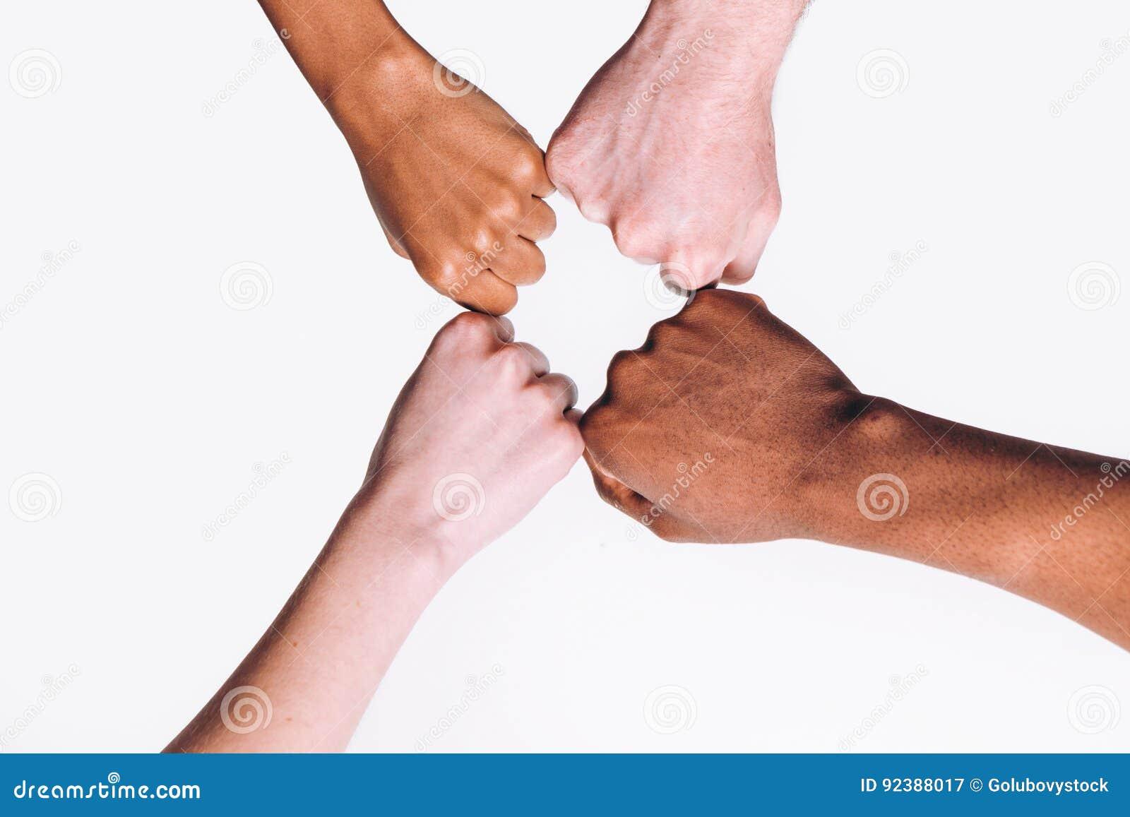 Zwischen verschiedenen Rassen Freund-, weiße und Schwarzehände zusammen