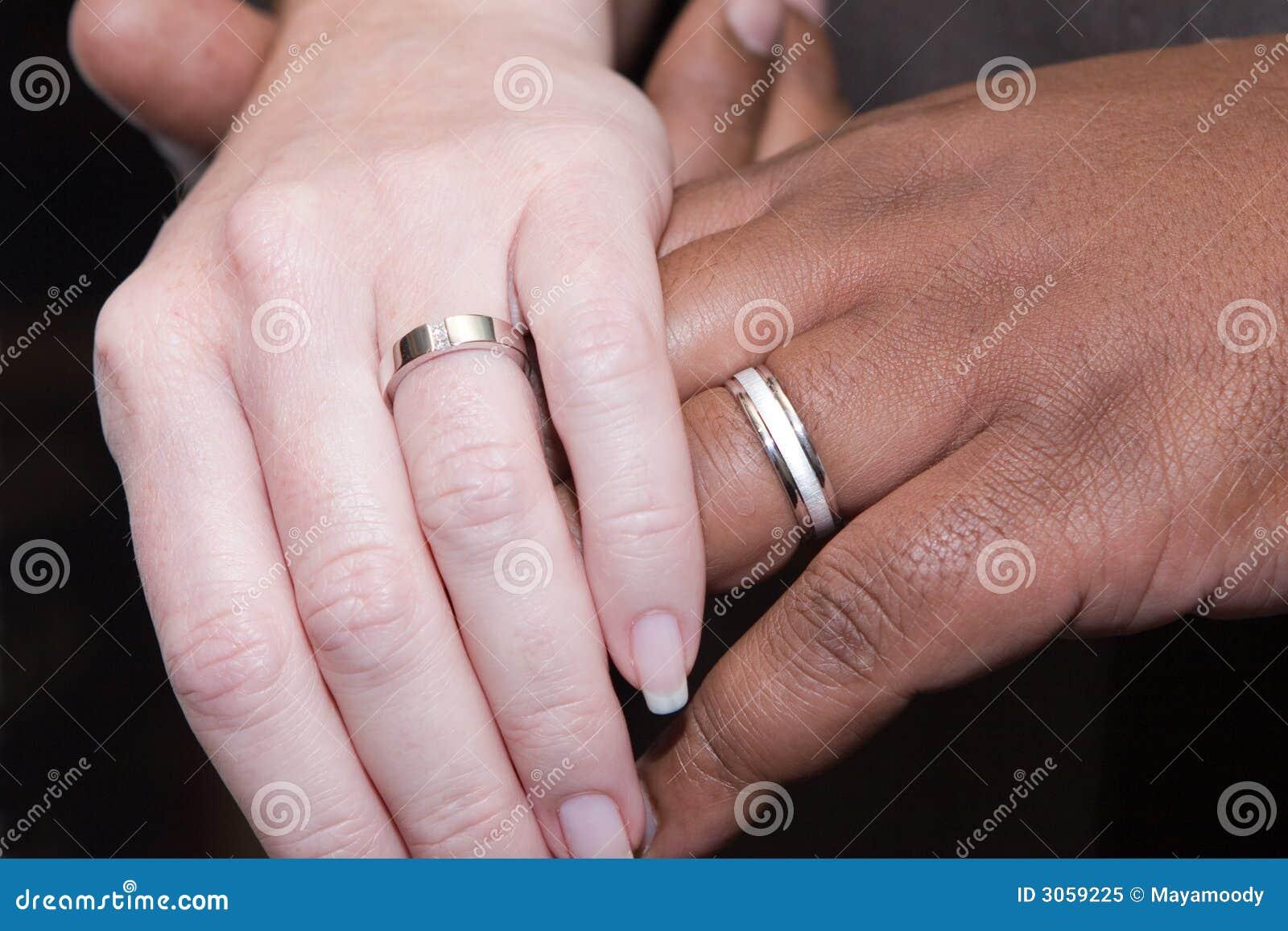 Zwischen Verschiedenen Rassen Hande Mit Hochzeitsringen Stockbild