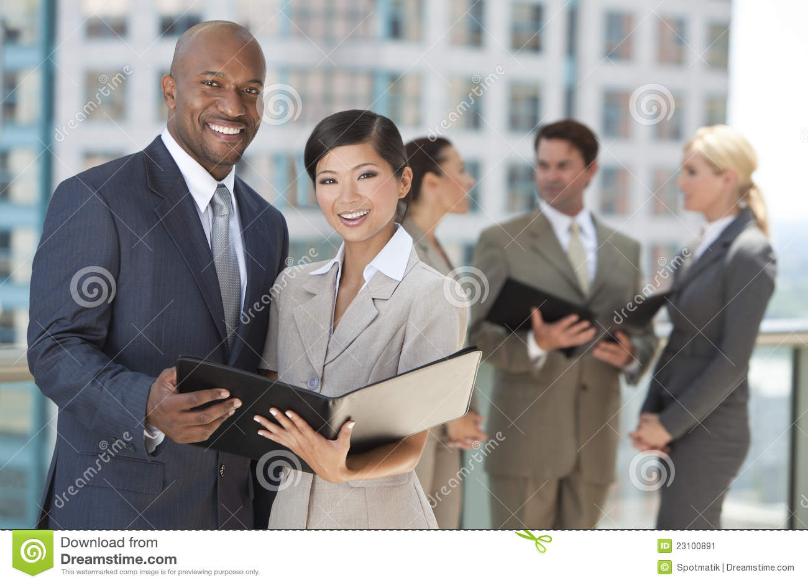 Zwischen verschiedenen Rassen Mann-u. Frauen-Stadt-Geschäfts-Team