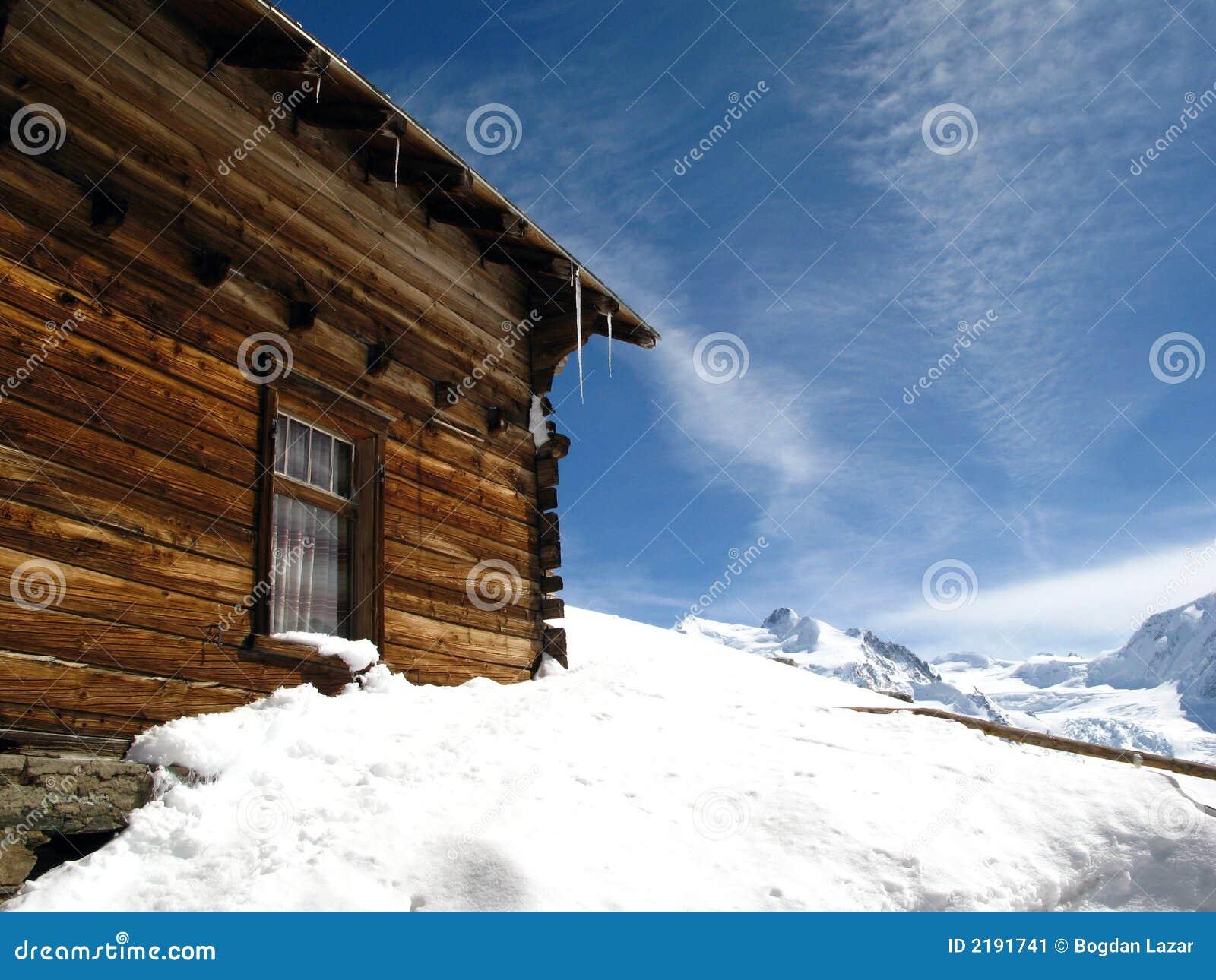 Zwitsers chalet dat in Sneeuw wordt begraven