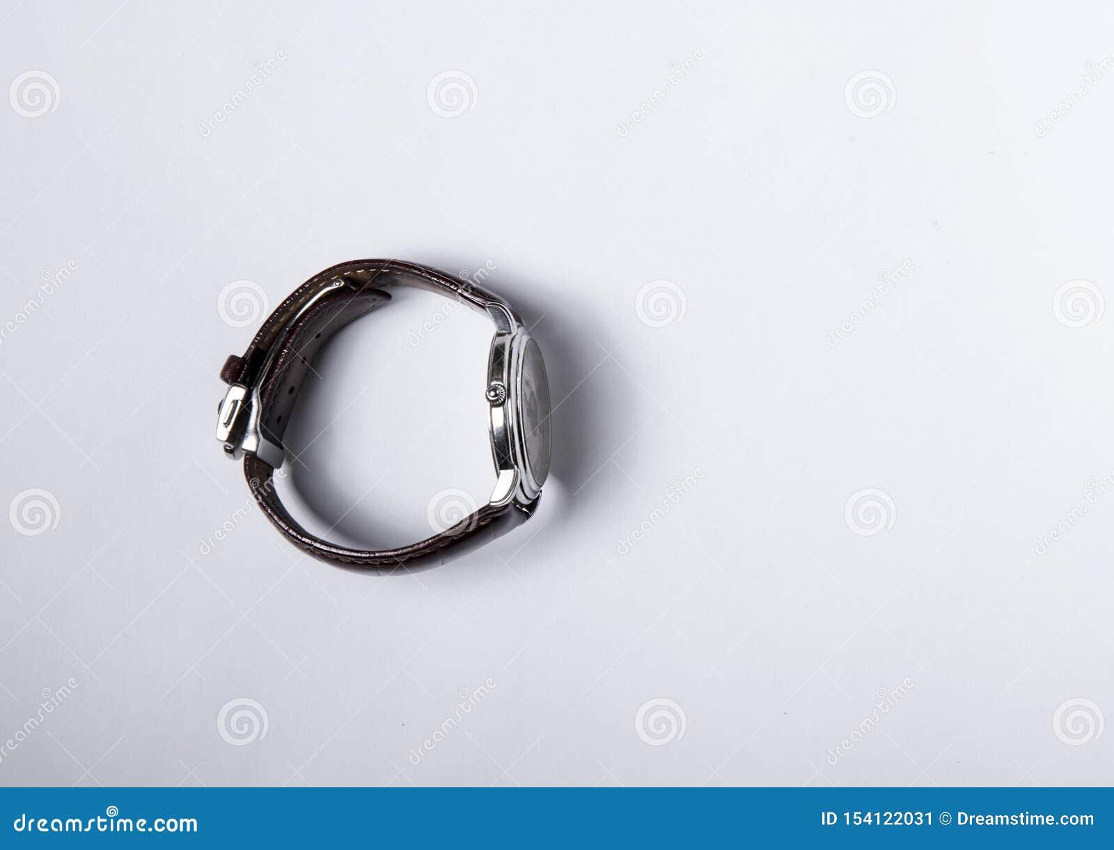 Zwitsers horloge met een bruine leerriem