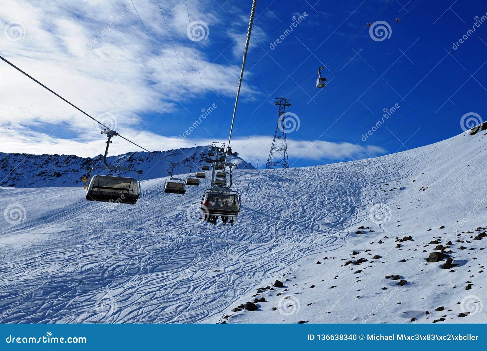Zwitserse alpen: Het ski?en op kunstmatige sneeuw in Parsenn boven Davos City waar WEF plaatsvindt