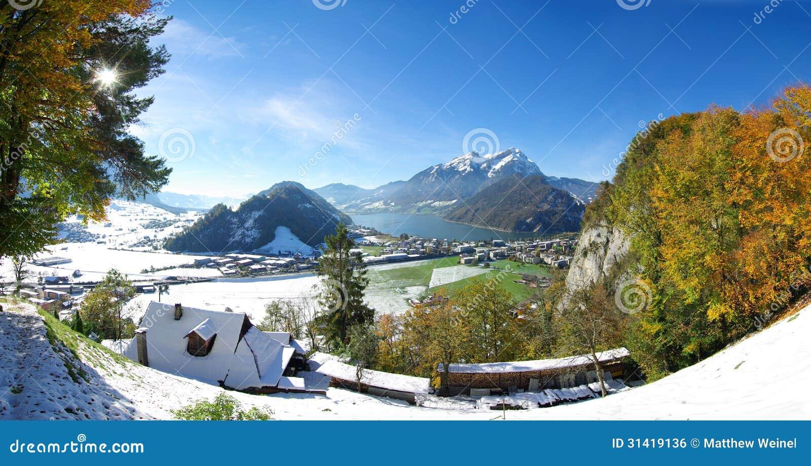 Zwitserse stad en bergen in de winter