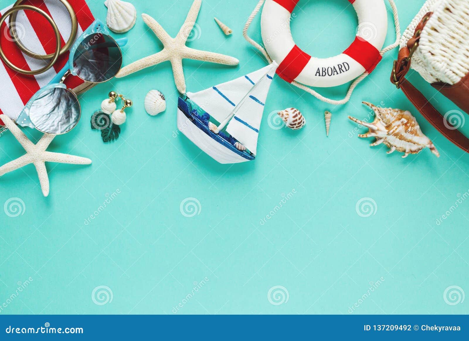 Zwrotnika mieszkanie kłaść z słomianym kapeluszem, torba, rozgwiazda, skorupy, okulary przeciwsłoneczni, łódź, kolczyki na zielon