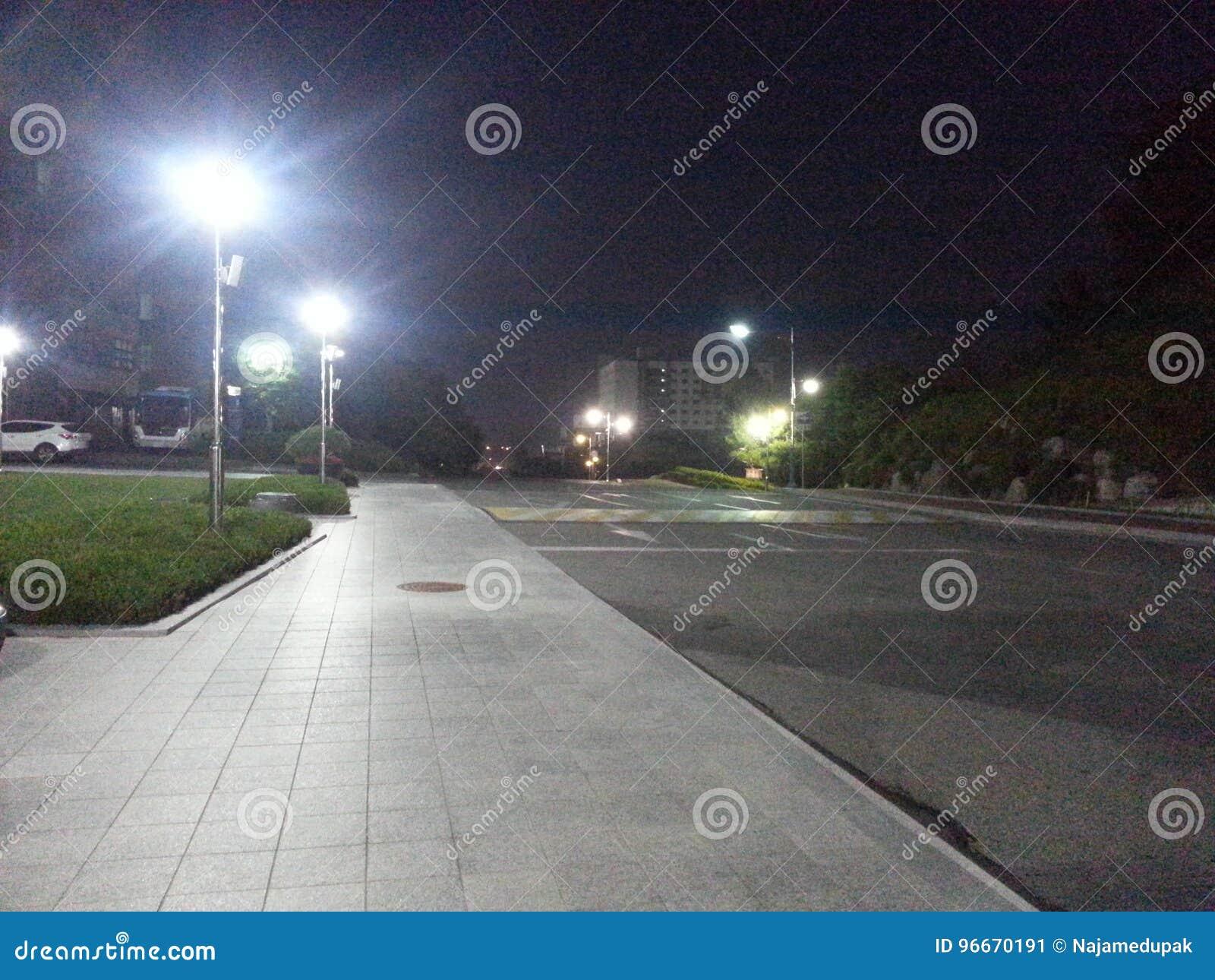 Zwyczajna droga przy nocą