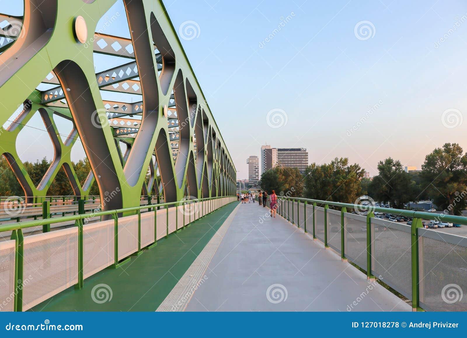 Zwyczajne i rowerowe drogi przy Starym mostem w Bratislava, Sistani