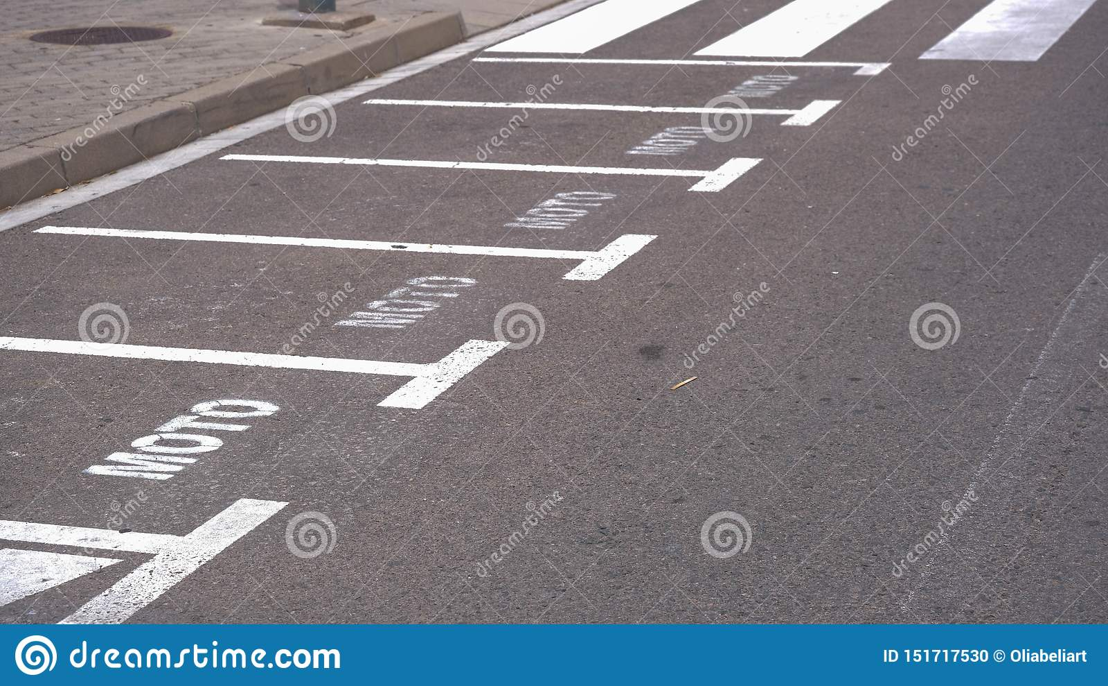 Zwyczajny skrzyżowanie lub crosswalk, opróżniamy bezpłatnego parking dla motocykli/lów