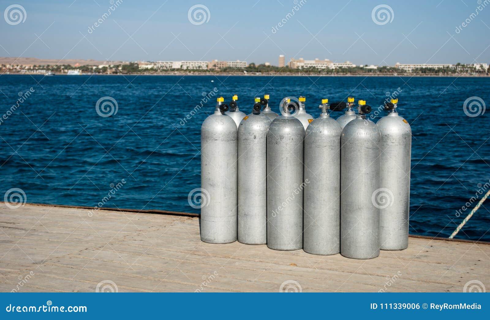 Zylinder mit Helium auf Dock zehn weiße Zylinder für Taucher auf Seedock Sauerstoffflaschen für Taucher auf Pier