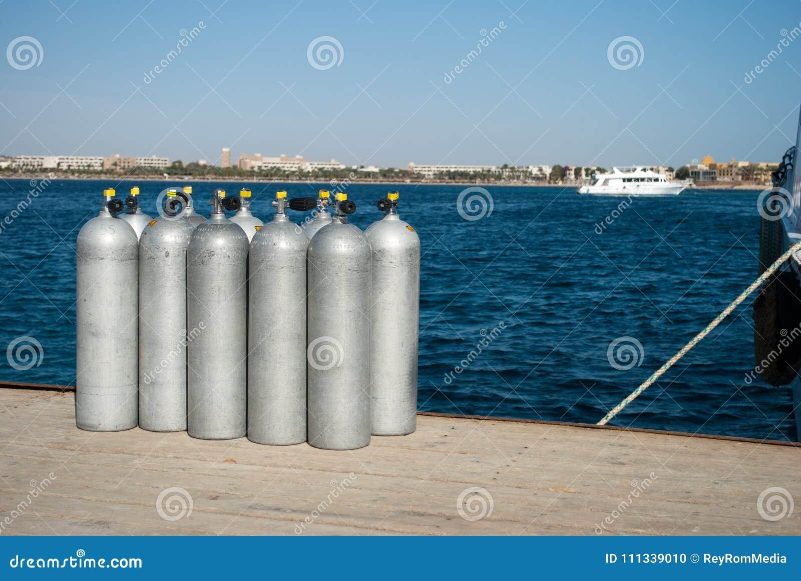 Zylinder mit Sauerstoff für Taucher zehn Zylinder auf Seedock Sauerstoff für Taucher auf Pier Dunkelblaue Wasser- und Stahlzylind